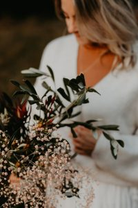 frau trägt Brautstrauß
