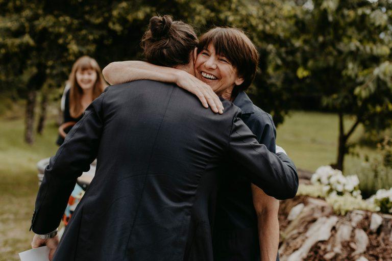 Frau umarmt Mann freudig