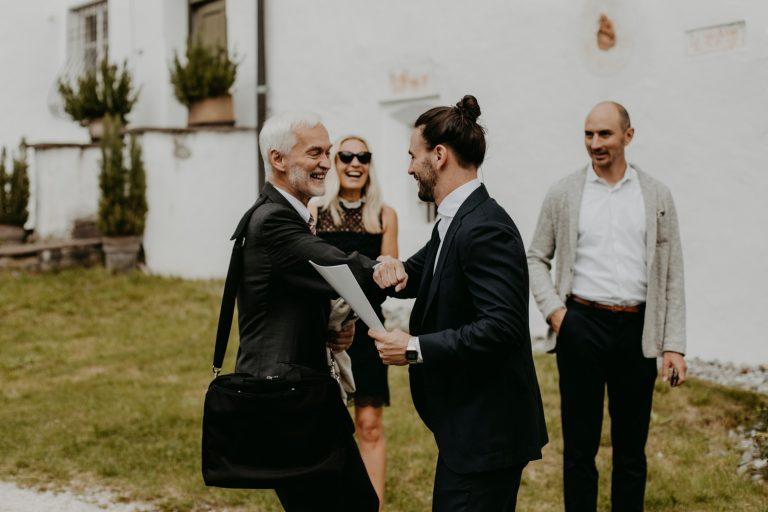 Ellbogen Begrüßung von einem Mann und einem älteren Mann