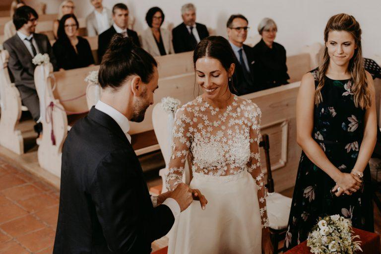 Ringwechsel von Brautpaar in Kirche
