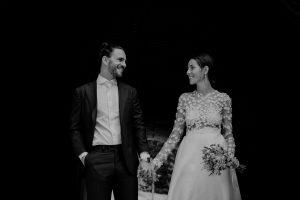 Brautpaar sieht sich an und hält sich an den Händen