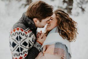 Paar küsst sich im Schnee